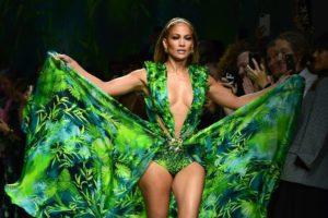 """Jennifer López deslumbra con su icónico """"Jungle Dress"""" de Versace luego de 19 años."""