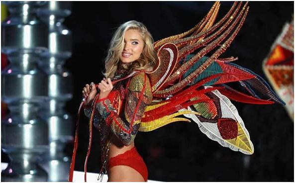 Elisa Hosk Angel de Victoria's Secret exhibe accesorios Swarovski