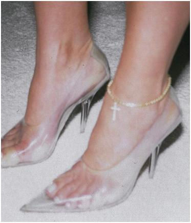 Los zapatos transparentes de Kim Kardashian.