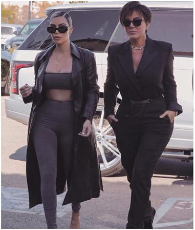 Kim Kardashian luciendo su abrigo de pie color negro.