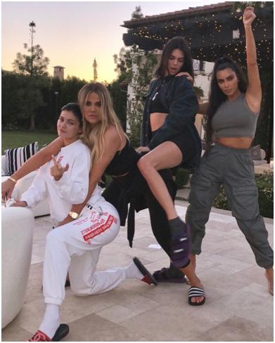 Las hermanas Kardashian posando en ropa deportiva.