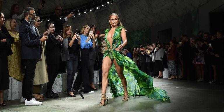 JLo desfila con su vestido verde