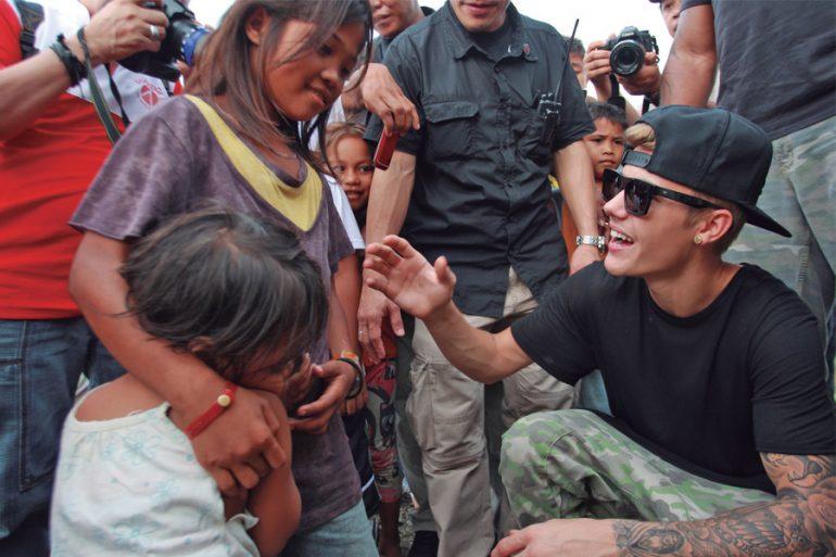 Justin Drew Bierber ayudaHaiyan  a los niños víctimas del tifón