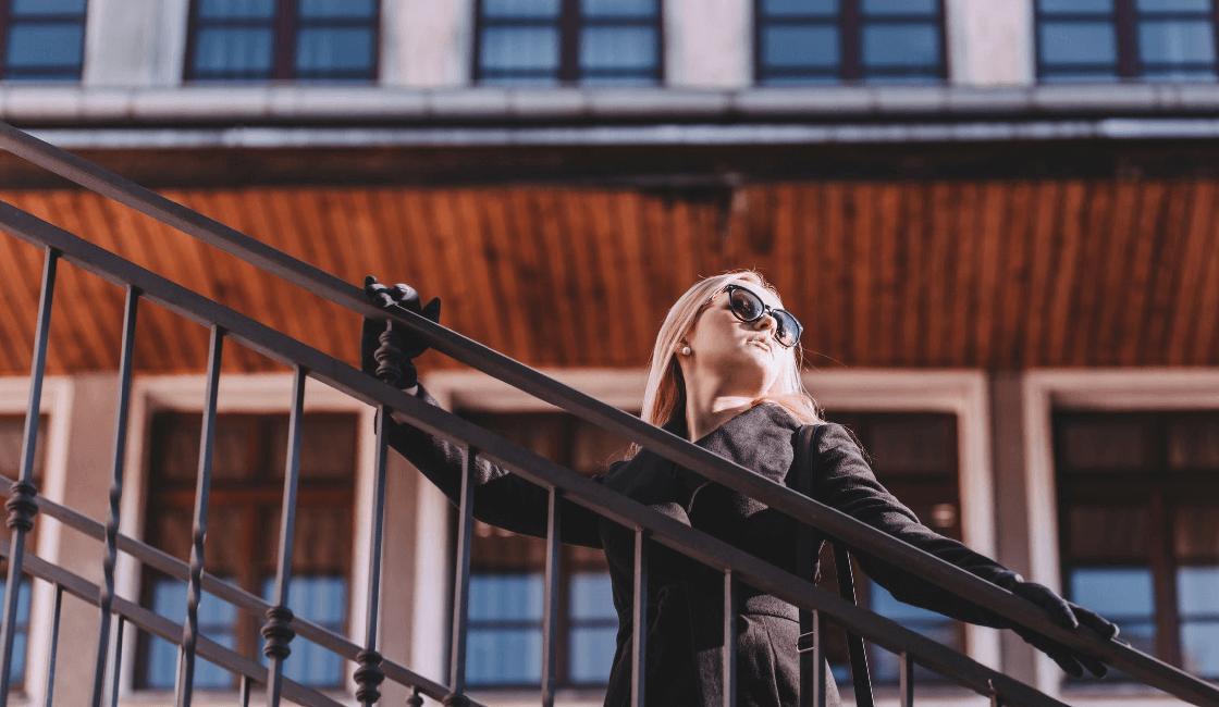 Mujer en un espacio urbano
