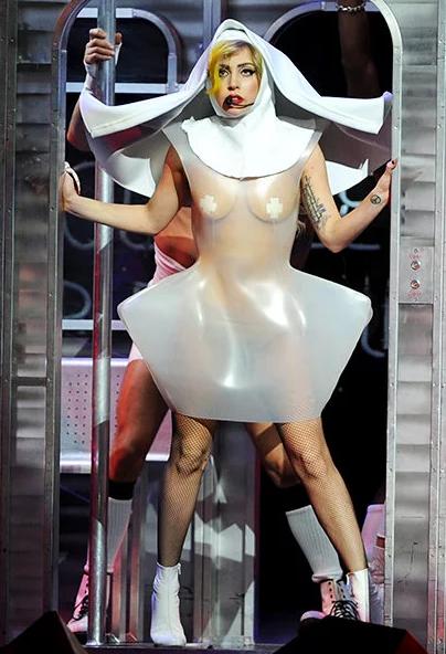 Lady Gaga como monja semi desnuda