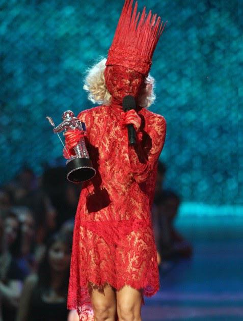 El vestido de encaje rojo de Lady Gaga.