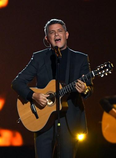 Alejandro Sanz rinde homenaje a Juanes en los Latin Grammy 2019.