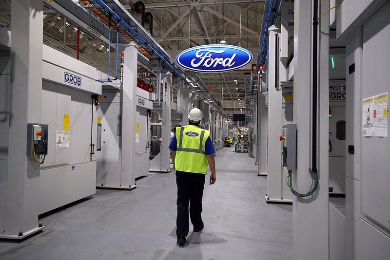 Ford Implementa Pulseras de Distanciamiento Social entre sus trabajadores
