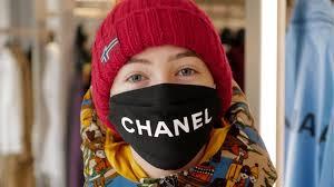 Mujer con mascarilla de Chanel