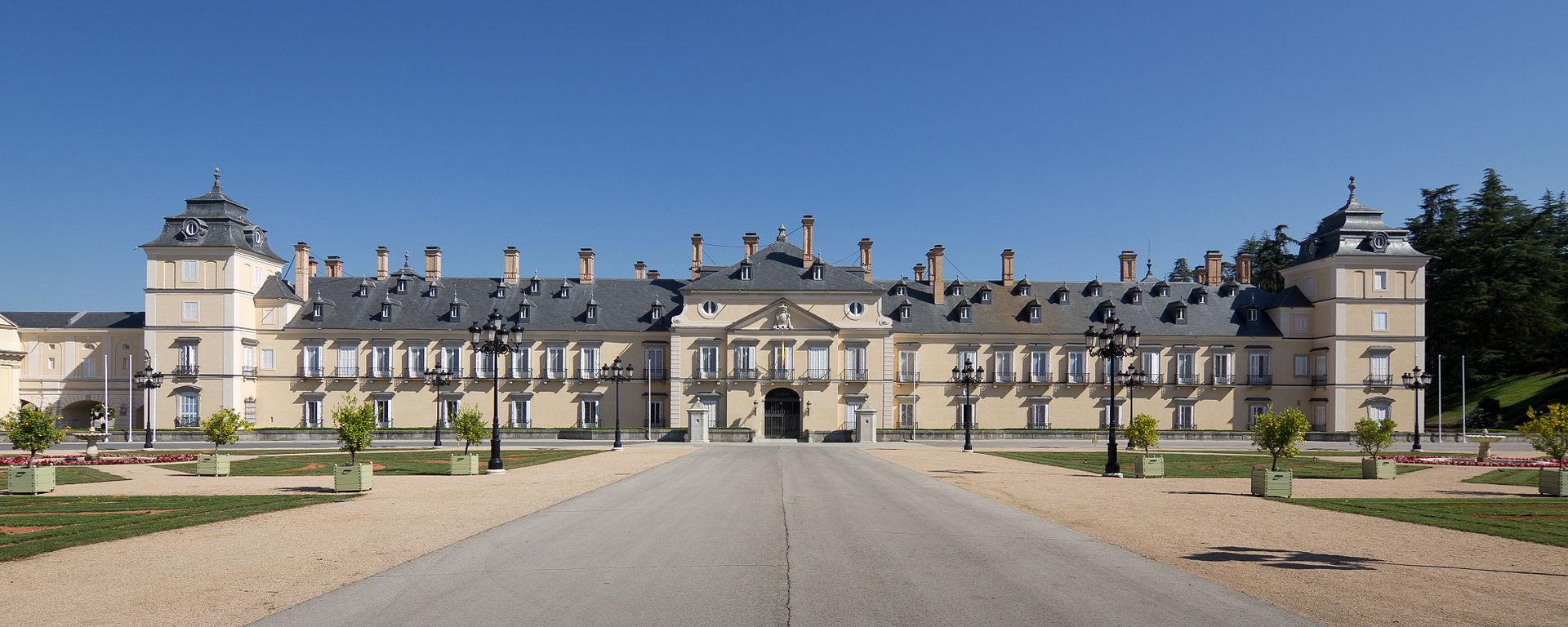 Palacio Real de El Pardo Originalmente, fue una Casa Real, pero el rey Carlos I ordenó la construcción de de este palacio como lugar de recreo y descanso.