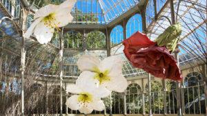 Flores gigantes de Petrit Halilaj en el Palacio de Cristal de Madrid