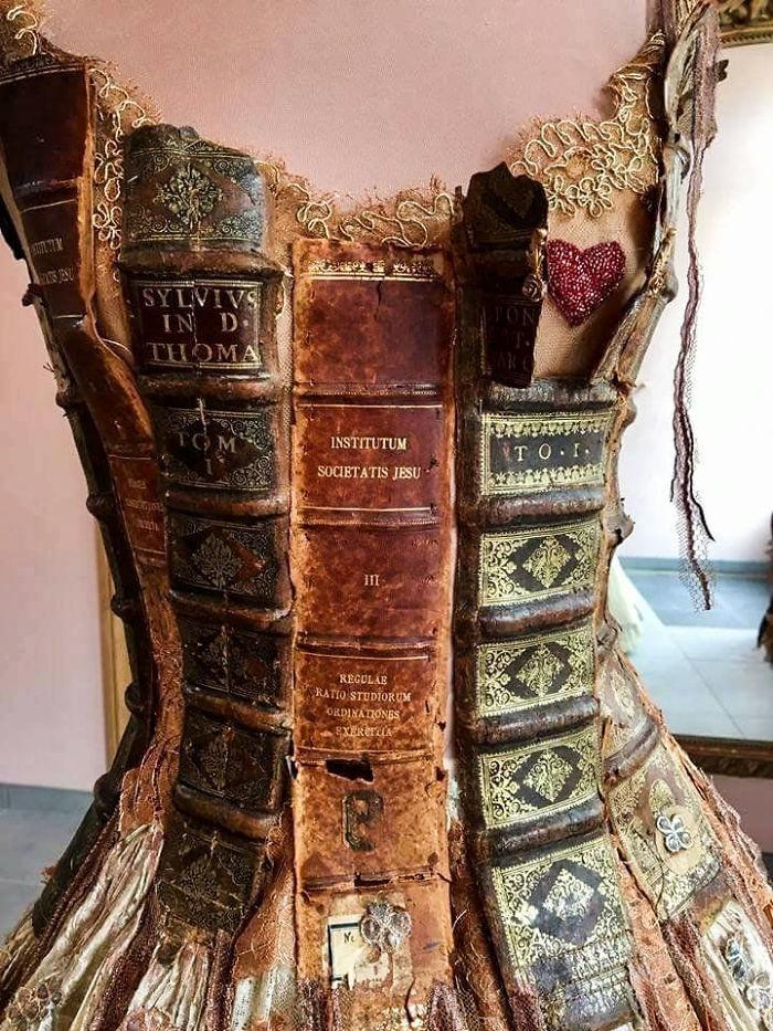 Vestido hecho con libros