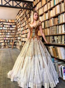 Sylvie Facon confecciona vestidos hechos con libros, fantasía, arte y alta costura