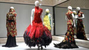 Alexander McQueen donó telas excedentes a estudiantes de diseño de modas
