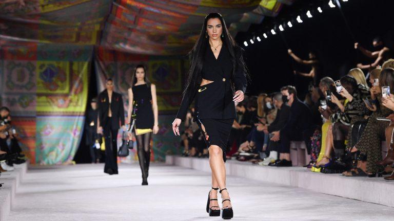 Dua Lipa debuta como modelo en el desfile de Versace