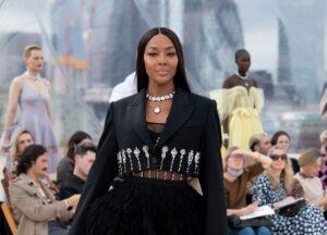 Naomi Campbell vuelve con Alexander McQueen con un desfile en las alturas